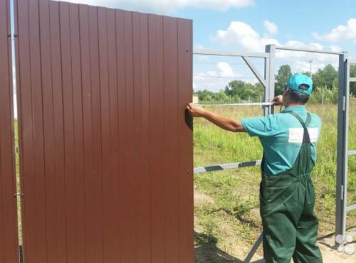 Забор с использованием профнастила